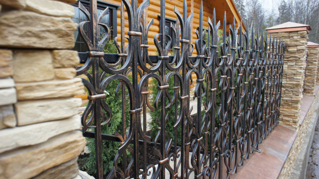 Заборы и ограждения для дома: фото-примеры и идеи