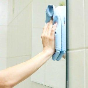 Как помыть зеркало без разводов: полезные рекомендации