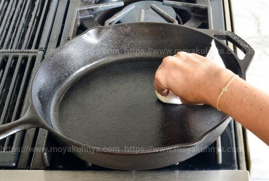 Как очистить сковороду от нагара: обзор безопасных способов