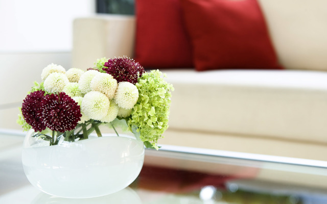 Искусственные цветы для интерьера: варианты дизайна, подбор подходящих цветов для декора