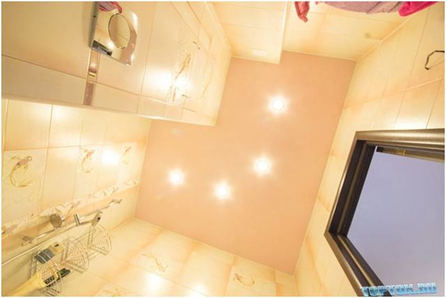 Какой выбрать потолок в ванной комнате: обзор популярных решений