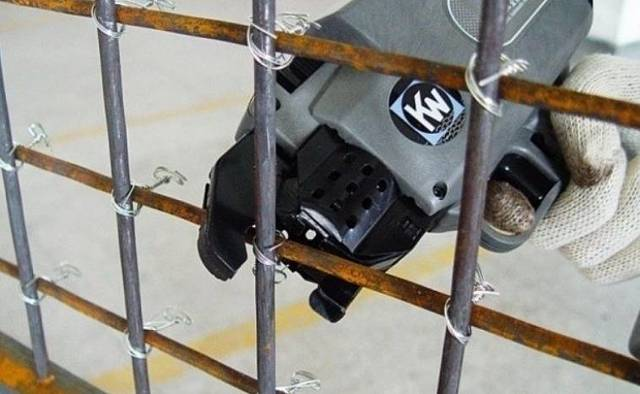 Вязка арматуры под ленточный фундамент: подробная инструкция