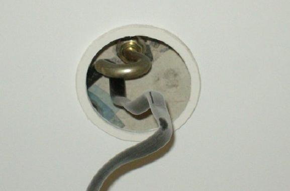 Как повесить люстру на натяжной потолок: видео и фото инструкции