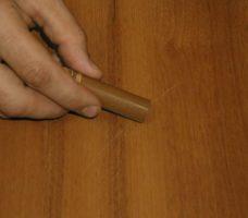 Как убрать царапины с мебели: карандашом, воском, народными средствами