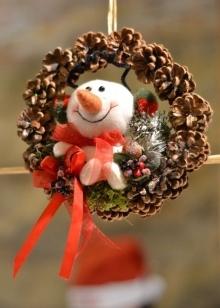 Новогодние поделки из шишек своими руками: фото и варианты декора