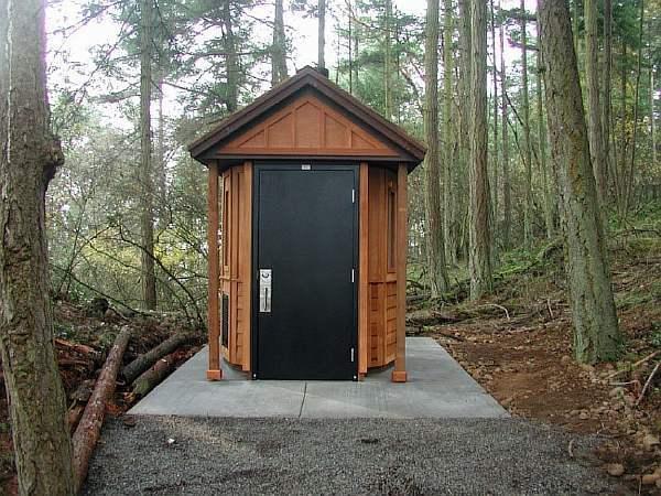 На каком расстоянии от забора можно строить туалет: нормы СанПиНа
