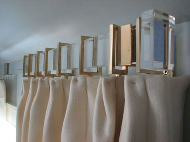 Настенные карнизы для штор: фото стильных моделей
