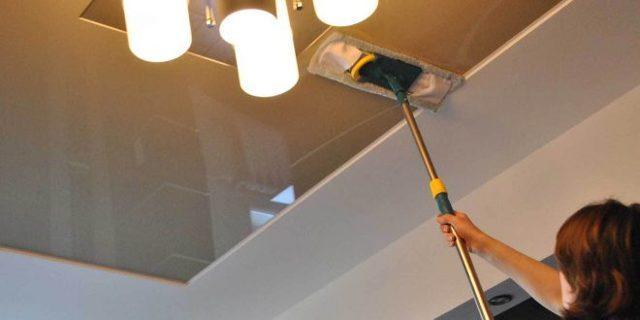 Чем мыть глянцевые натяжные потолки без разводов: средства, хитрости, инструкции