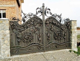 Кованые ворота: фото, виды, технология изготовления, уход, цена