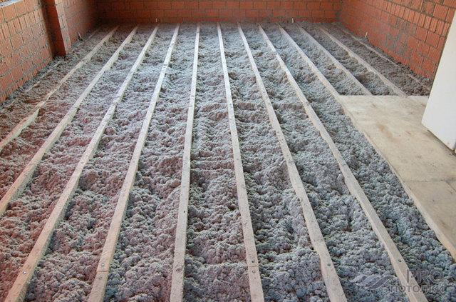 Утепление потолка в доме с холодной крышей - инструкция!