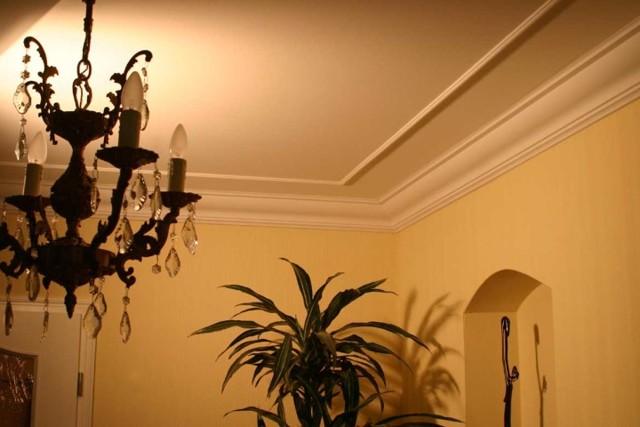 Потолочный плинтус для натяжных потолков виды и особенности