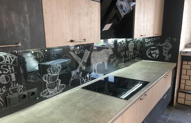 Фартуки для кухни, скинали: фото, материалы, расчет и монтаж