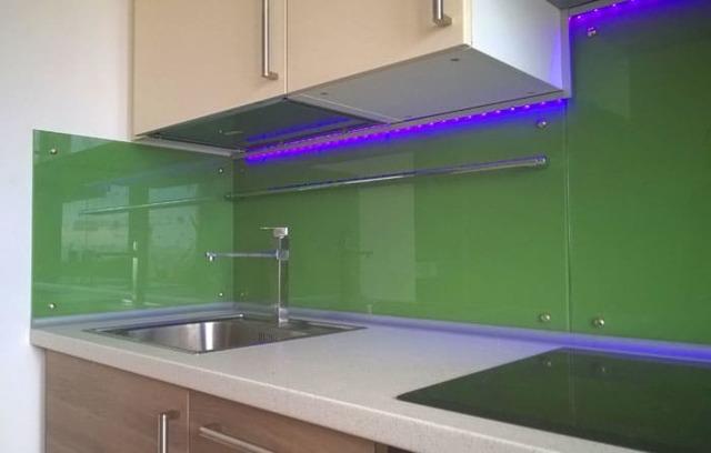 Стеклянный фартук для кухни: материалы, дизайн, достоинства и недостатки, критерии выбора